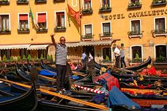Venezia / Bacino Orseolo /  Il gondoliere (Pantchoa) Tags: venise italie vénétie gondolier salut gondoles hotel basinoorseolo dogeorseolo orseolo personne hotelcavalletto rio basino drapeauvénitien