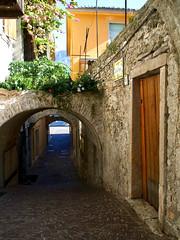 Limone sul Garda (ingrid eulenfan) Tags: limonesulgarda italien italy italia gardasee lagodigarda alleys gassen flickrfriday architektur strasse europa sonyalpha6000 18105mm