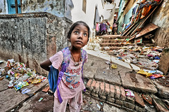 Sur le chemin de l'école... (Ma Poupoule) Tags: varanasi bénarés bénarès children enfant enfants rue street inde india