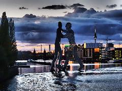 """""""Monecular Man"""" im Sonnenuntergang (M. Schirmer Berlin) Tags: moleculeman jonathan borofsky spree elsenbrücke oberbaumbrücke river fluss sonnenuntergang sundown fernsehturm berlin germany deutschland"""