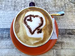 Kaffeepause in Malcesine (ingrid eulenfan) Tags: malcesine italien italy italia gardasee lagodigarda cappuccino herz braocaffe baralbarchet piazzavittorioemanuele café bar pub
