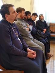 священники слушают