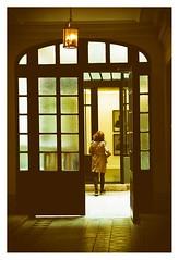 une entrée parisienne (Marie Hacene) Tags: paris entrée immeuble femme porte