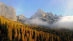 Autumn in the Dolomites (ej - light spectrum) Tags: dolomiten dolomites nature natur herbst autumn herbstfarben larches lärchen lärchenwald berge mountains lanscape landschaftsbild fujifilm xt2 italy italien südtirol southtirol dolomiti 白雲巖 ドロミテ