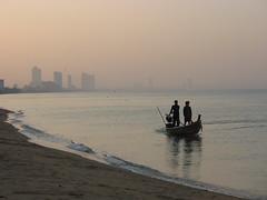 the ocean is coming! the ocean is coming! (the foreign photographer - ฝรั่งถ่) Tags: ocean sea jomtien beach chonburi fisherman boat pattaya thailand canon happyplanet asiafavorites