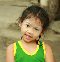 cute girl with baby powder (the foreign photographer - ฝรั่งถ่) Tags: cute girl child baby powder talcum khlong thanon portraits bangkhen bangkok thailand canon