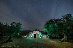 CASA DE PIEDRA NOCTURNA (juan carlos luna monfort) Tags: noche night lightpainting arboles paisajenocturno estrellas polar polaris circumpolar nubes stars largaexposicion montañas olivos nikond810 irix15 calma paz tranquilidad