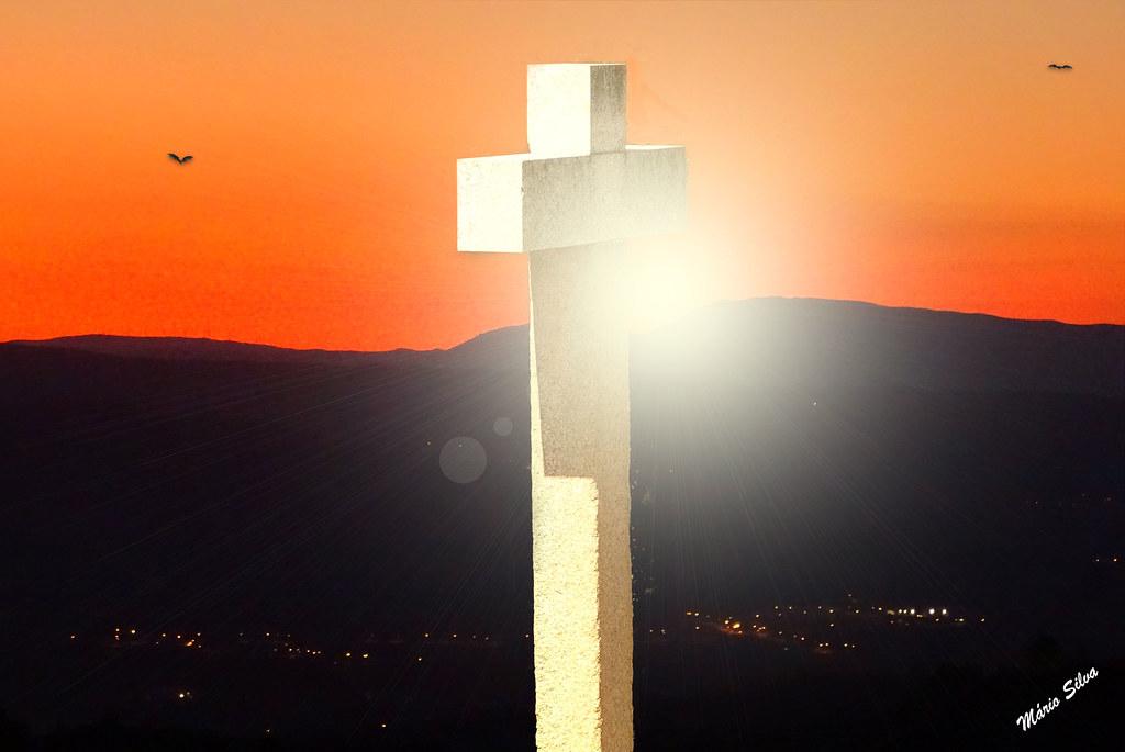 Águas Frias (Chaves) - ... o cruzeiro do adro da igreja matriz  e o pôr do sol  por trás do Larouco ...