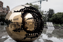 Bola del mundo (pacofonso) Tags: fujifilm fuji x100t dublin trinitycollege streetphotography spicollective spi