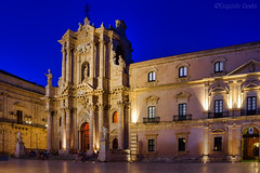 Siracusa : Piazza Duomo (2)/ Syracuse : Duomo square (2) (Eugenio GV Costa) Tags: approvato siracusa piazza duomo syracuse lungaesposizione night sicilia palazzo cathedral chiese longexposition notturna notte