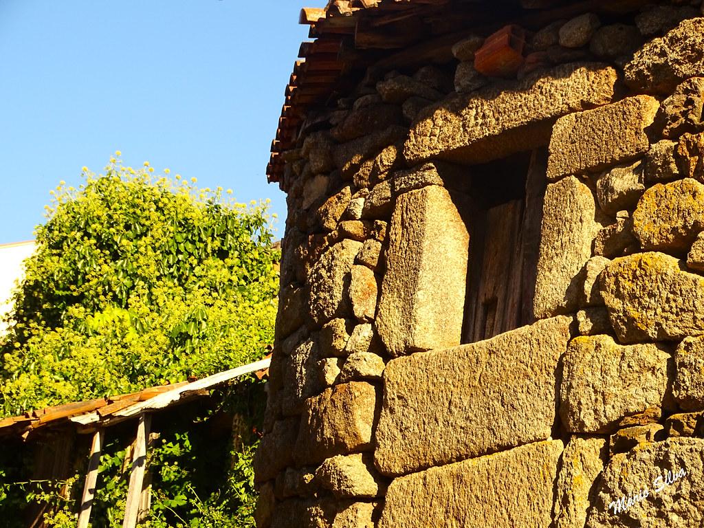 Águas Frias (Chaves) - ... a janela, agora sempre aberta, pois já não há necessidade de protejer os seus habitantes (ninguém) ...