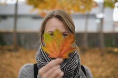 Autumn Mask (CoolMcFlash) Tags: person portrait leaf focus dof depthoffield face woman autumn fujifilm xt2 blatt herbst fokus tiefenschärfe fotografie photography maske mask porträt gesicht xf35mmf14 r
