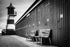 Glyngøre (AxelN) Tags: glyngøre dänemark danmark schuppen sheds sw nordjylland leuchtturm benches schwarzweis nordjütland diagonal limfjord lighthouse blackandwhite bw bänke