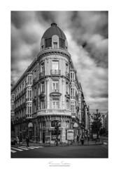 La cúpula (Franci Esteban) Tags: lacúpula oviedo asturias streetphotography edificio blancoynegro blackandwhite fotografíacallejera calle nubes fujix100f marco