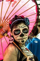 Viva la vida! (Adrit fotografías) Tags: catrina gente people street photo photography streetshoot fotografíacallejera halloween zombiewalk fotos fotosenlacalle retratosespontáneos argentina adritfotografías explore