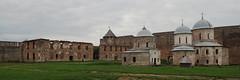 Tranche de forteresse, Ivangorod (8pl) Tags: forteresse ivangorod russie cour gazon chemin muraille ruine église orthodoxe fort moyenâge histoire tourisme tour mur espace grandeur