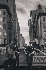 NYC Police (Raúl Urrutia) Tags: usa nyc newyork nuevayork manhattan bw bn