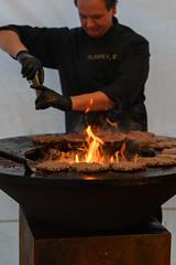 Grillmeister (Katzenfutter) Tags: planar8514zf planar zeiss 85mm burger barbecue meat grillen nikon manualfocus