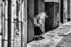 Take a break in the rush... (JM@MC) Tags: spain torrox andalousia streetphotography blackandwhite noiretblanc street smoke