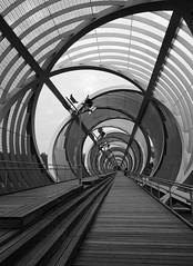 Pasarela de la Arganzuela (Arnaud Cessac) Tags: madrid pont passerelle arganzuela métallique moderne noir blanc