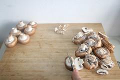 11 - Champignons in Scheiben schneiden / Cut mushrooms in slices (JaBB) Tags: spätzle spaetzle mushrooms pilze champignons schweinefleisch pork käsecheese edamer möhren carrots peas erbsen zwiebel onion schnittlauch chives food lunch dinner essen nahrung nahrungsmittel mittagessen abendessen kochen cooking ofengeschnetzeltesjägerart rezeptrecipe kochexperiment kochexperimente küche kitchen