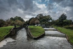 Papercourt Lock (James Waghorn) Tags: riverwey autumn surrey tree river lockgate sonyrx100m3 boat longexposure water clouds nd flow narrowboat
