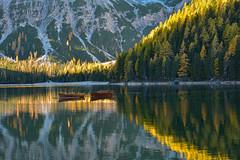 Alba di colori (giannipiras555) Tags: alba colori alberi montagna lago braies trentino barche riflessi landscape panorama natura paesaggio nikon luce dolomiti