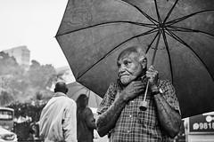 Mann mit Regenschirm (rainerneumann831) Tags: bw blackandwhite street strase streetphotography candid strasenfotografie monochrome urban ©rainerneumann riodejaneiro wwwrainerneumannphotographyde mann regenschirm
