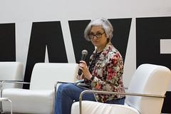 Carmen Jiménez moderando Mesa Bailando con el software: aplicaciones electrónicas en las artes escénicas