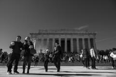 La visita al monumento (ricardocarmonafdez) Tags: washington cityscape people contrast sunlight shadows monument nikon d850 monocromo monochrome bn blackandwhite
