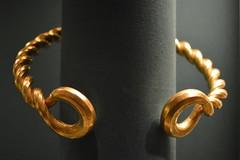 Twist And Talk (dhcomet) Tags: british museum torque gold twist twisted 75 bc london