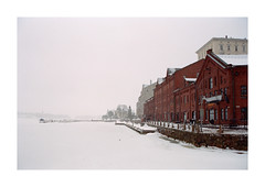 Helsinki 1 (analog surfing) Tags: helsinki finnland winter brick building fog snow frozen sea film 35mm kodak portra nikonfm2 scan color analog
