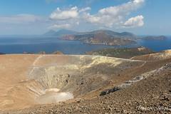 En haut de Vulcano / At the top of Vulcano (François-Joseph76) Tags: vacances crater nikon lipari italie italy sicile volcano holiday soufre îlesèoliennes aeolianislands nikond7100 vulcano cratère july juillet volcan sicily sulfur 2015 provincedemessine