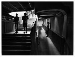 Le passage. (francis_bellin) Tags: cité blackandwhite streetphoto street bwphoto netb photoderue olympus noiretblancphoto espagne photographie rue streetphotographie bw blackandwhitephoto monochrome nb photographederue ville photographe andalousie 2019 séville noiretblanc
