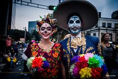 Mega Procesion de Catrinas (hapePHOTOGRAPHIX) Tags: 484mex 999sld américadelnorte ciudaddeméxico cuauthémoc distritofederal juárez laciudaddeméxico mexico mexicocity mexiko mexikostadt museodecera méxico nordamerika northamerica ricohgriii ciudad dsplyys hapephotographix stadt strasenszene streetphotography urban