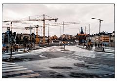 (schlomo jawotnik) Tags: 2019 oktober stockholm schweden kreuzung brücke zebrastreifen kran kirche passanten ampel baustelle 30 pkw asphalt laternenmast stromleitung analog film kodak kodakproimage100 usw