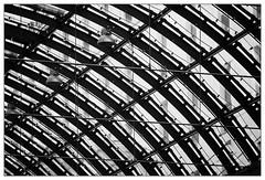 Bedachung (frodul) Tags: architektur detail fenster gebäudekomplex gestaltung glasfassade innenansicht konstruktion kurve verglasung bw einfarbig monochrom sw berlin dach linie deutschland