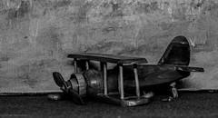 Crashed (Günter Hentschel) Tags: doppeldecker absturz crashed holz holzflieger unfall kaputt hentschel flickr 2019 11 november november2019 deutschland germany germania alemania allemagne europa nrw nikon nikond5500 d5500 sw bw schwarzweis
