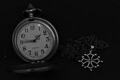TIME S UP (EL JOKER) Tags: el joker 2019 les allummers prod time temps montre horloge watch timepiece aiguille minute heure hour seconde second quartz chaine chain fr france french toulouse longue exposition long exposure fob pocket poche noir blanc black white blanco negro nikon d7000 35 mm