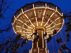 Chair swing (johanssoneva) Tags: göteborg gohtenborg liseberg amusementpark nöjespark chairswing slänggunga mörkt dark ljus light
