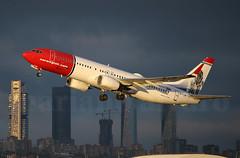 La luz (Mariano Alvaro) Tags: norwegian boeing 737 madrid barajas tenerife cba torres luz nubes sol