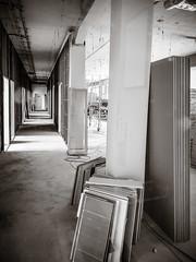 2019-10-04-121007_bw (Schmidtze) Tags: arbeit architektur blackandwhite building corridor einfarbig flur gebäude ivu schwarzweis berlin deutschland