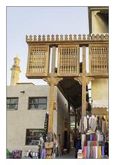 n°325. Bur Dubaï. une des entrées du souk. (avibla66) Tags: dubaï souk entrée tissus décorenbois