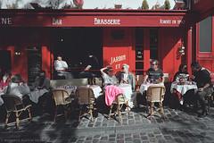 Une Brasserie (ralcains) Tags: paris france street streetphotography calle fotografiadecalle analogue analogica analog química leica leicam6 m6 film filmisalive filmisnotdead summicron 35mm ngc rangefinder telemetrica pelicula