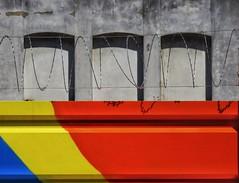 Donde jugaran los niños (carlos_ar2000) Tags: edificio building ventana window alambre wire muro pared wall color colour calle street puertomadero buenosaires argentina