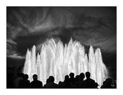 Barcelona (Sr. Cordeiro) Tags: barcelona spain espanha fonte fountain luminosa luminous light glow glowing silhouettes silhuetas rua street noite night luz blackandwhite blackwhite bw pretoebranco canon 40d sigma 30mm f14