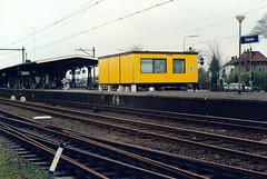 Tijdelijk loket station Dieren (lex_081) Tags: ns nsr station dieren noodonderkomen loket loketten renovatie groenendijk yellowcabin ge capital modular space 20f01 19910405 gelderland nederland