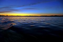 Azulado (alfonsocarlospalencia) Tags: azulado amanecer bahía santander septiembre luz amarillento arrugas horizonte duna barco cielo negro calma olas edición minimalismo