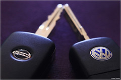The cars (Vicent Ramiro) Tags: brandandlogos brand logos macromondays macro nissan volkswagen car coche marca blue azul retos llave key