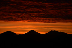 DSC_5367 (griecocathy) Tags: paysage lever soleil ciel nuage montagne rouge noir jaune oranger bleu